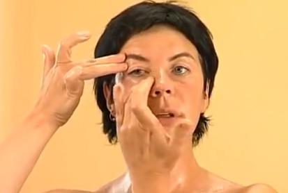 масаж при оток на очите