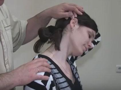 раздвижване на схванат врат